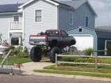 Keď zistíte, že ste si kúpili veľké auto pre vašu garáž