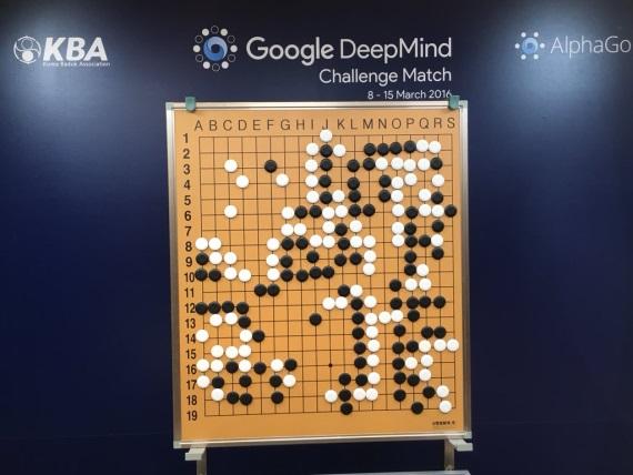 Google program AlphaGo vyhral prv� partiu v Go na majstrom Lee Se-dol