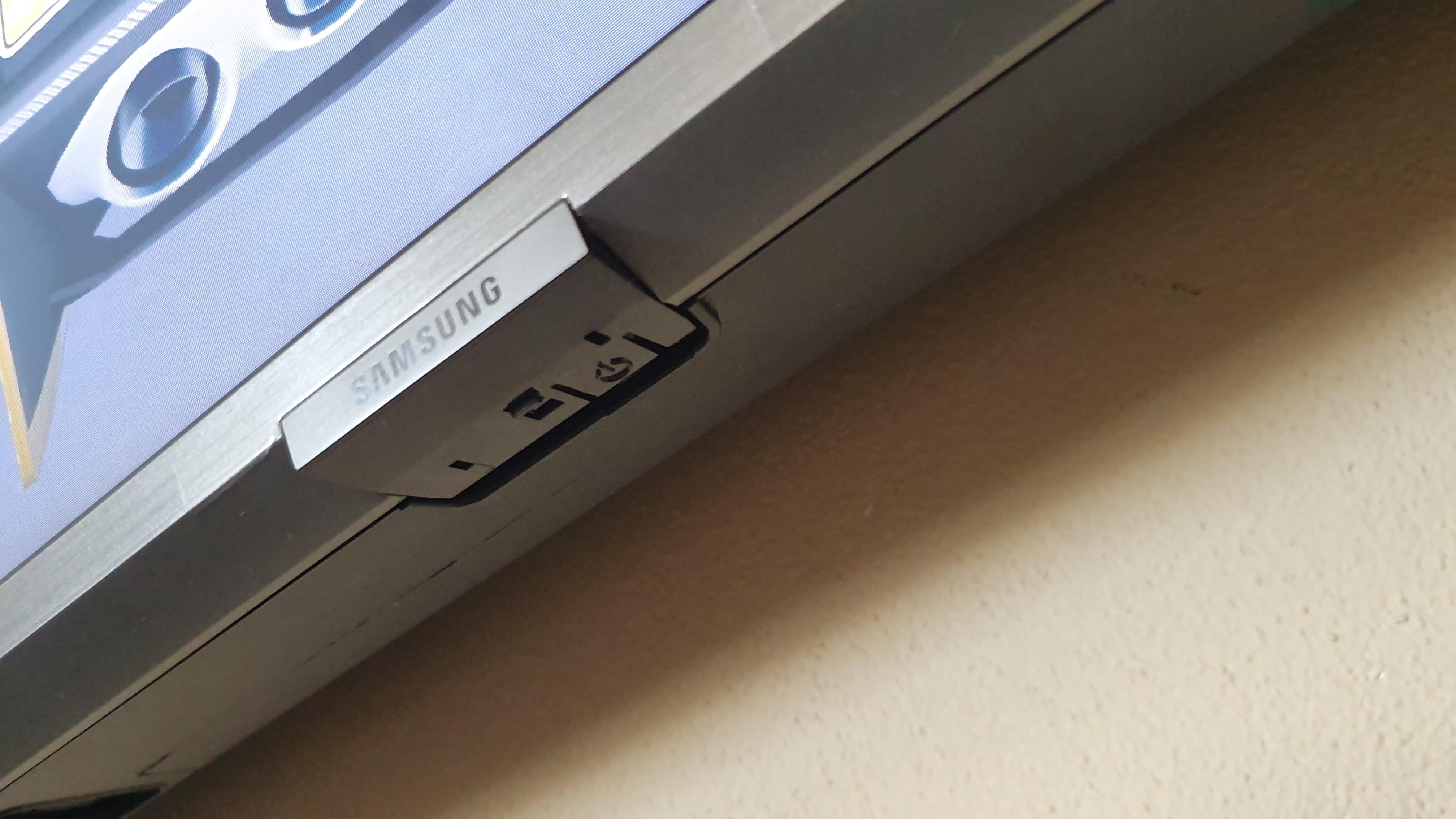 8c347b795 Skrytý ovládač je v spodnom logu TV, ak by ste chceli rýchlo vypnúť alebo  zapnúť aj bez ovládania